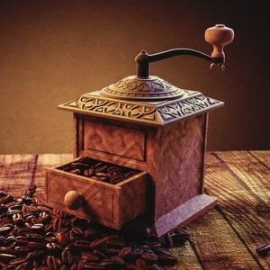 Frisches Kaffeemehl aus der Kaffeemühle